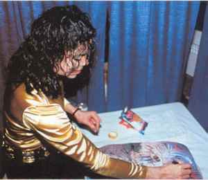 Michael-Eating-Ruffles-michael-jackson-10769522-400-347