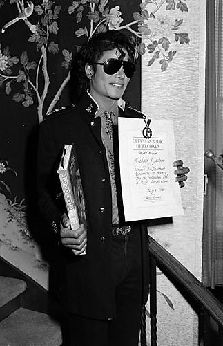 1986-mj-receives-guiness-world-award-for-most-to-childrens-charities