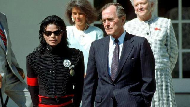 Σα σήμερα στις 5 Απριλίου 1990 Ο Μάικλ Τζάκσον συναντήθηκε με τον πρόεδρο των Η.Π.Α. Τζωρτζ Μπους στο Λευκό Οίκο για να τιμηθεί με τελετή ως ο «Καλλιτέχνης της δεκαετίας»