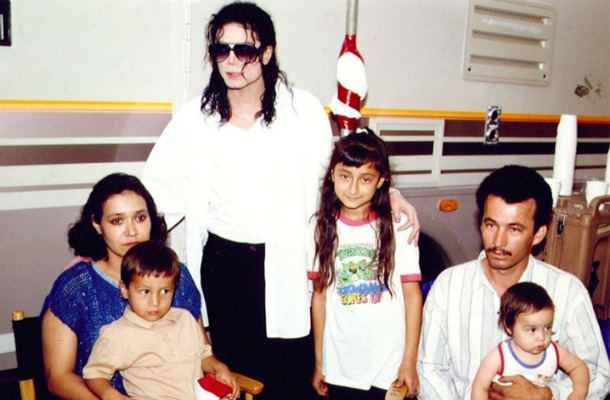 Ο Μάικλ Τζάκσον με την οικογένεια του Ramon Sanchez