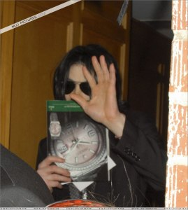 michael-leaves-medical-clinic-in-beverly-hills(408)-m-1 7 may 2009