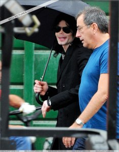 michael-with-his-2-children-prince-and-paris-are-seen-outside-a-studio(416)-m-23