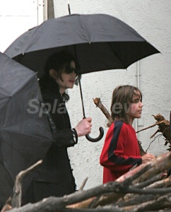 michael-with-his-2-children-prince-and-paris-are-seen-outside-a-studio(416)-m-33