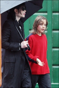 michael-with-his-2-children-prince-and-paris-are-seen-outside-a-studio(416)-m-35