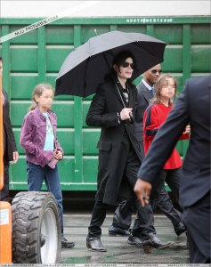 michael-with-his-2-children-prince-and-paris-are-seen-outside-a-studio(416)-m-4