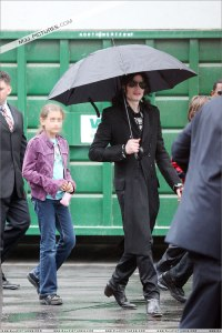 michael-with-his-2-children-prince-and-paris-are-seen-outside-a-studio(416)-m-5