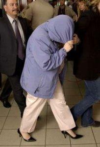 Εδώ η μάνα του παιδιού που κατηγόρησε τον Μάικλ Τζάκσον. Ντρεπόταν να δείξει το πρόσωπό της. Οι θαυμαστές έχουν φωτογραφίες της ίδιας στιγμής και τις κυκλοφορούν περιγελώντας τη με τη σειρά τους
