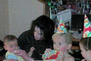 Michael-and-his-children-prince-michael-jackson-31632886-555-377