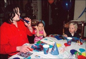 michael-jackson-and-his-children-jackson-4-9150945-516-352