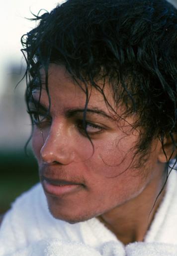1984. Ο Μάικλ Τζάκσον με εμφανώς αλλαγμένο πρόσωπο. Εδώ χωρίς μακιγιάζ μπορούμε να διακρίνουμε τα πρώτα σημάδια της λεύκης που τον ταλαιπώρησε και από το 1984 και μετά άρχισε να επιδεινώνεται