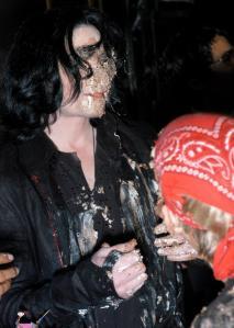 Ο Μάικλ Τζάκσον σε παλιότερα γενέθλιά του.  Χαιρόταν με την ψυχή του τον τουρτοπόλεμο!