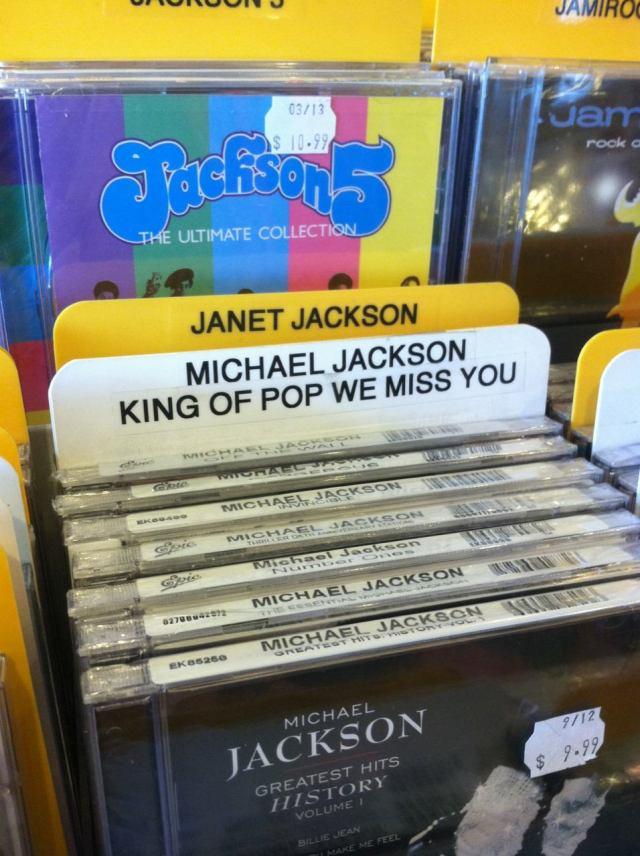 """Michael Jackson King of pop we miss you"" γράφει η ετικέτα στο σημείο όπου είναι τα δικά του αλμπουμ, δηλαδή ""Βασιλιά της Ποπ, μας λείπεις"""