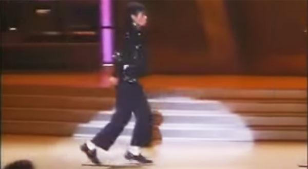 κατά την εκτέλεση των «Billie Jean» στο αφιέρωμα «Motown 25: Χθες, σήμερα, για πάντα»