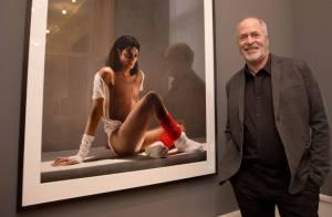 Ο Φωτογράφος Γρεγκ Γκόρμαν μπροστά στη φωτογραφία του Μάικλ Τζάκσον που τράβηξαν το 1987 στο Λος Άντζελες. Η φωτογραφία είναι από την πρόσφατη έκθεσή του Color works που ξεκίνησε στις 3/12/2015 και θα διαρκέσει ως τις 22/5/2016