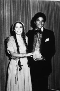 American pop singers Nicolette Larson (1952 - 1997) and Michael Jackson present the award for Favorite Pop/Rock Band, Duo, or Group at the American Music Awards, January 1980. The award went to the Bee Gees. (Photo by Hulton Archive/Getty Images)