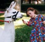 Η Πάρις με ένα από τα ζωάκια (λάμα) της Νέβερλαντ