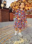 Η Πάρις στη Νέβερλαντ μπροστά στο λούνα παρκ