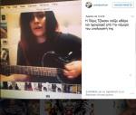 Paris Jackson playing guitare and singing