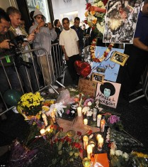 fans mourning MJ Los Angeles 2