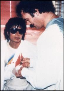 ο Μάικλ Τζάκσον με το γιατρό του Steven Hoefflin στο νοσοκομείο Brotman Medical Center