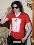 Όταν ο Μάικλ Τζάκσον φοράει μπλουζάκι Μάικλ Τζάκσον. Η έκφρασή του όλα τα λεφτά!