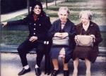 Ο Μάικλ Τζάκσον ζήλεψε κι έχει πια κι αυτός γυναικεία τσάντα