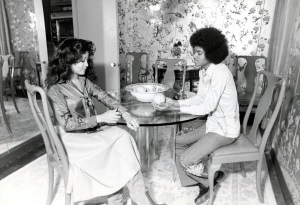 michael-jackson-with-sister-latoya-new-york-appartment-1977