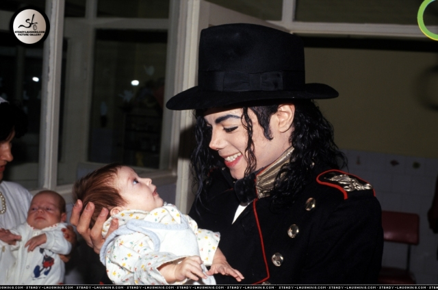 michael-stops-and-visits-children-at-an-romanian-orphanage-in-1992-during-his-dangerous-tour-1