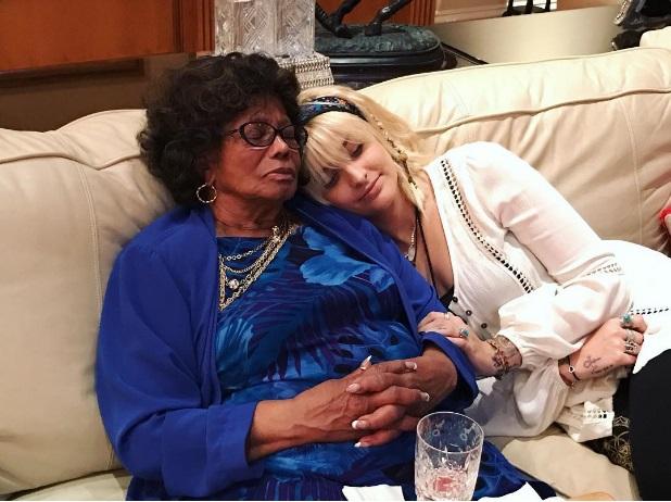 paris-jackson-with-grandma-nov2016