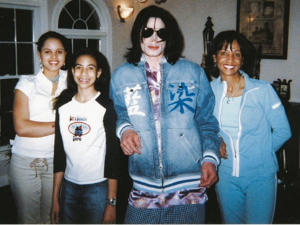 michael-jackson-and-walters-family-2004
